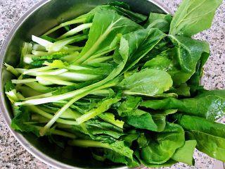 小白菜蚬子汤,新鲜的小白菜去根清洗干净备用