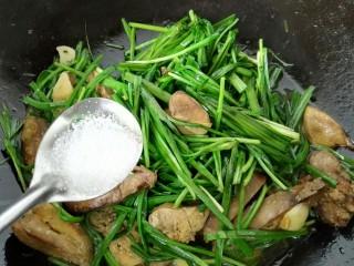 韭菜炒鸡肝,快速翻炒加入一勺盐调味