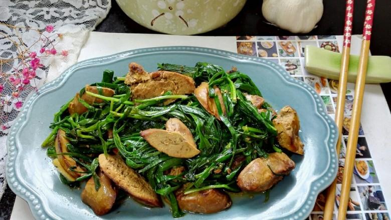 韭菜炒鸡肝,拍上成品图,一盘美味又营养的韭菜炒鸡肝就完成了。
