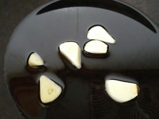 韭菜炒鸡肝,锅内放油烧热放入蒜片煸炒香
