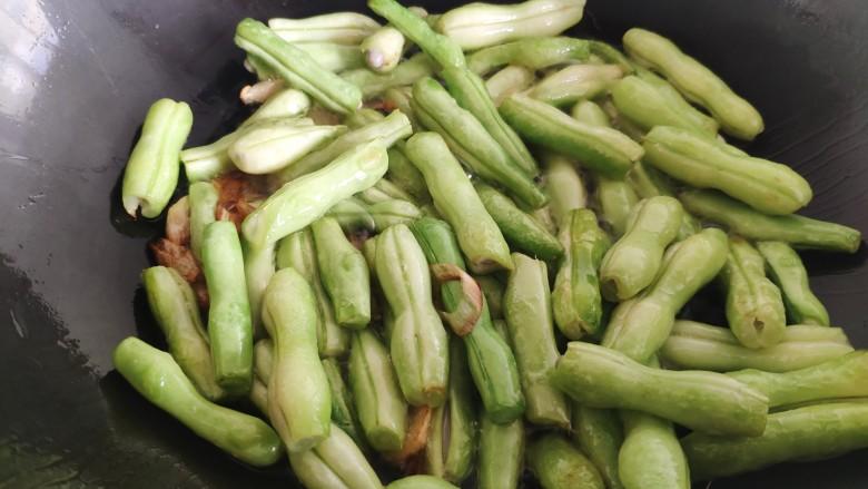 芸豆炖土豆,放入芸豆后不要着急加水,先用铲子不停地翻炒芸豆,直到把芸豆炒的有点软有点蔫的样子。