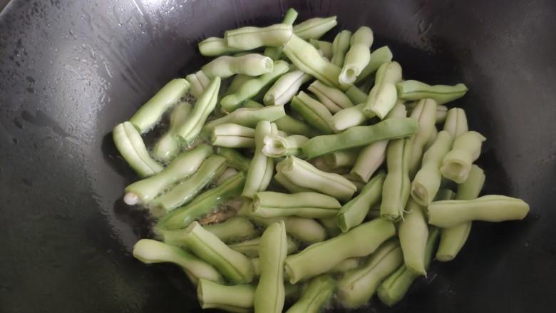芸豆炖土豆,然后倒入芸豆。