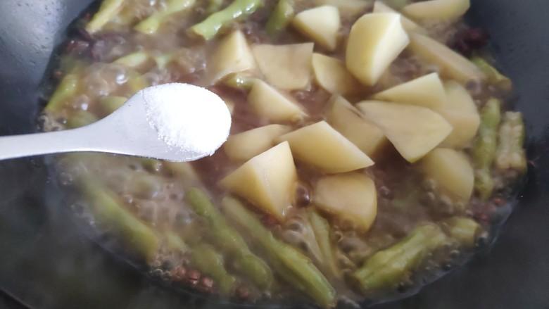 芸豆炖土豆,放入土豆后加入盐,再继续炖约5-6分钟。