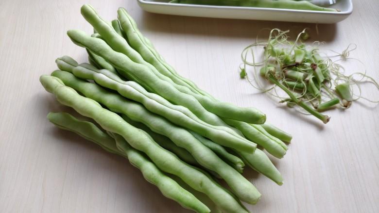 芸豆炖土豆,把芸豆的两端掐掉,顺着芸豆两侧拉除两侧的豆筋。