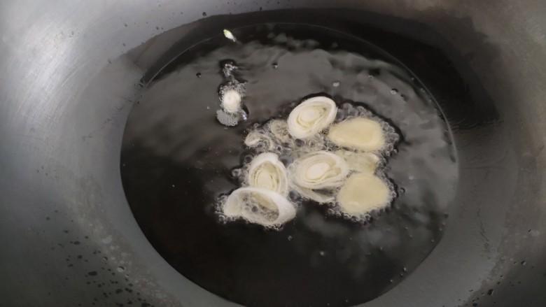 芸豆炖土豆,锅里放入多一点的油,下入葱姜煸炒。