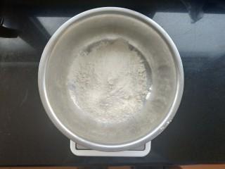 香煎花卷,称重200克中筋面粉,2克无铝泡打粉,(无铝泡打粉少量添加对人体无害的,介意的朋友也可以不放)