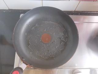 香煎花卷,平底锅内倒油,小火