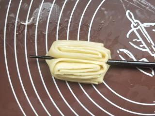 香煎花卷,用一根筷子在中心压一下