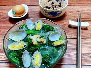 小白菜蚬子汤,鲜美无比的肉丝小白菜蚬子粉条装入容器中搭配一碗豆腐和鸡蛋就是标配的早餐
