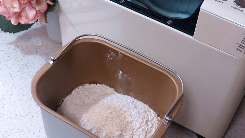 全麦红糖吐司(一键式)+金枪鱼芹菜三明治,按先液体后粉类秩序放入面包机桶内