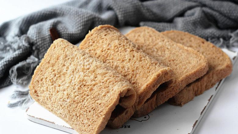全麦红糖吐司(一键式)+金枪鱼芹菜三明治,等面包放至和手的温度差不多,就可以切片了