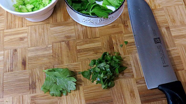 全麦红糖吐司(一键式)+金枪鱼芹菜三明治,叶子切碎待用