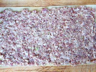 豆皮蒸肉卷,将所有的调味料搅拌均匀煨制入味