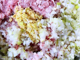 豆皮蒸肉卷,剁好的猪肉馅放入切好的葱、姜