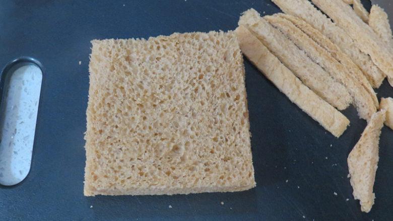 全麦红糖吐司(一键式)+金枪鱼芹菜三明治,用面包刀切掉吐司的边缘