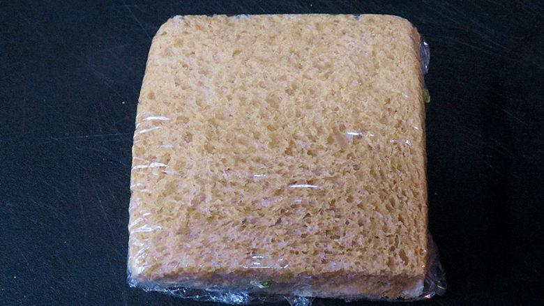 全麦红糖吐司(一键式)+金枪鱼芹菜三明治,再用一片吐司片覆盖上稍稍按压一下后,用保鲜膜包裹好