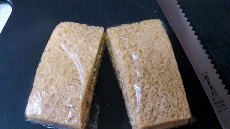 全麦红糖吐司(一键式)+金枪鱼芹菜三明治,用刀一切为二,一个营养健康的吐司就完成了