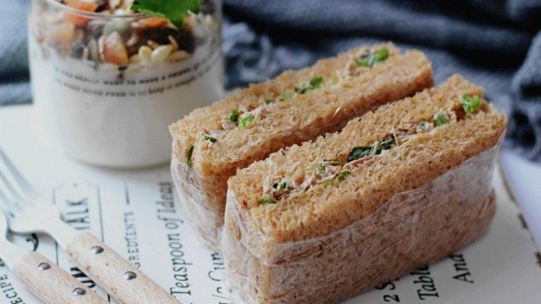 全麦红糖吐司(一键式)+金枪鱼芹菜三明治,早餐来一个,再配上杯谷物酸奶,美好滴一天开始了!