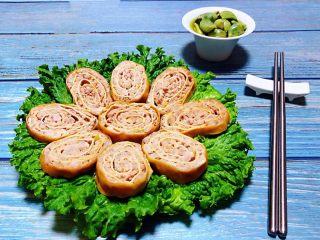 豆皮蒸肉卷,蒸好的豆皮肉卷晾凉可以放冰箱冷藏一个小时取出切成1-2厘米的片状摆入盘中