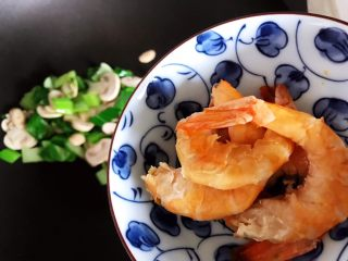 青菜口蘑虾干汤,加入虾干