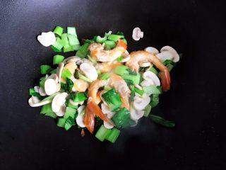 青菜口蘑虾干汤,翻炒均匀