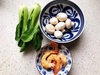 青菜口蘑虾干汤,首先我们准备好所有食材