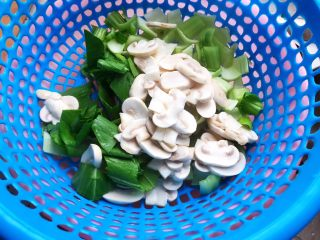 青菜口蘑虾干汤,控干水分