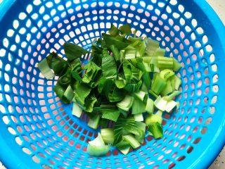青菜口蘑虾干汤,小青菜洗净之后切成小块