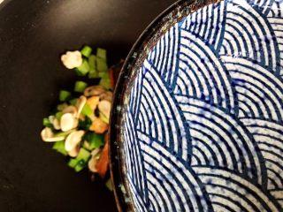 青菜口蘑虾干汤,加适量热开水