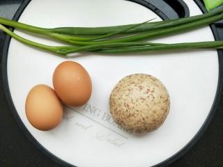 馒头抱蛋,再准备两个鸡蛋,葱,和一点火腿