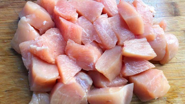 黑胡椒鸡块,首先把鸡胸肉解冻,然后切块待用。