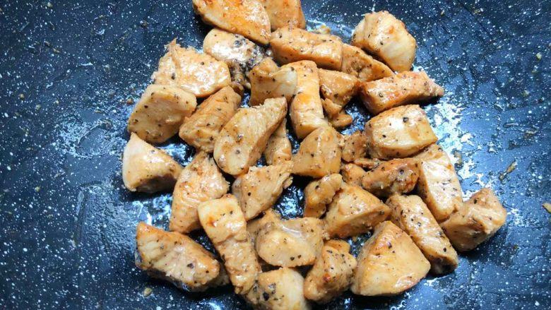 黑胡椒鸡块,把鸡块翻炒均匀,即可出锅。