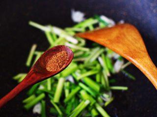 韭菜鸡蛋荞麦面,再加入花椒调味。