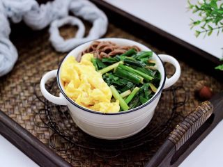 韭菜鸡蛋荞麦面,搅拌好的面条上面,铺上炒好的韭菜鸡蛋就可以食用了。