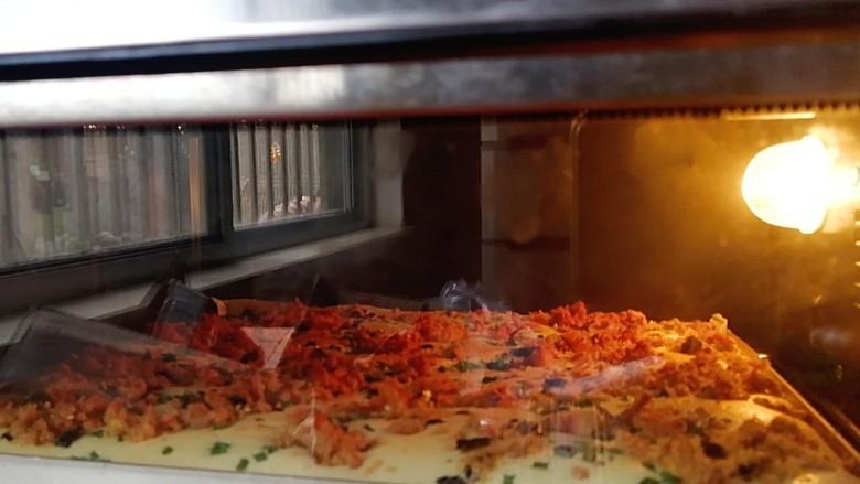 香葱肉松蛋糕,烤箱180度预热10分钟后,放入烤盘,180度上下火中层烤20分钟,蛋糕表面上色满意记得加盖锡纸