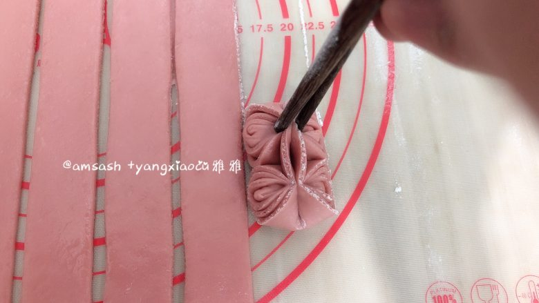 花样馒头,然后依然用筷子,在花纹的两头用筷子把它夹住
