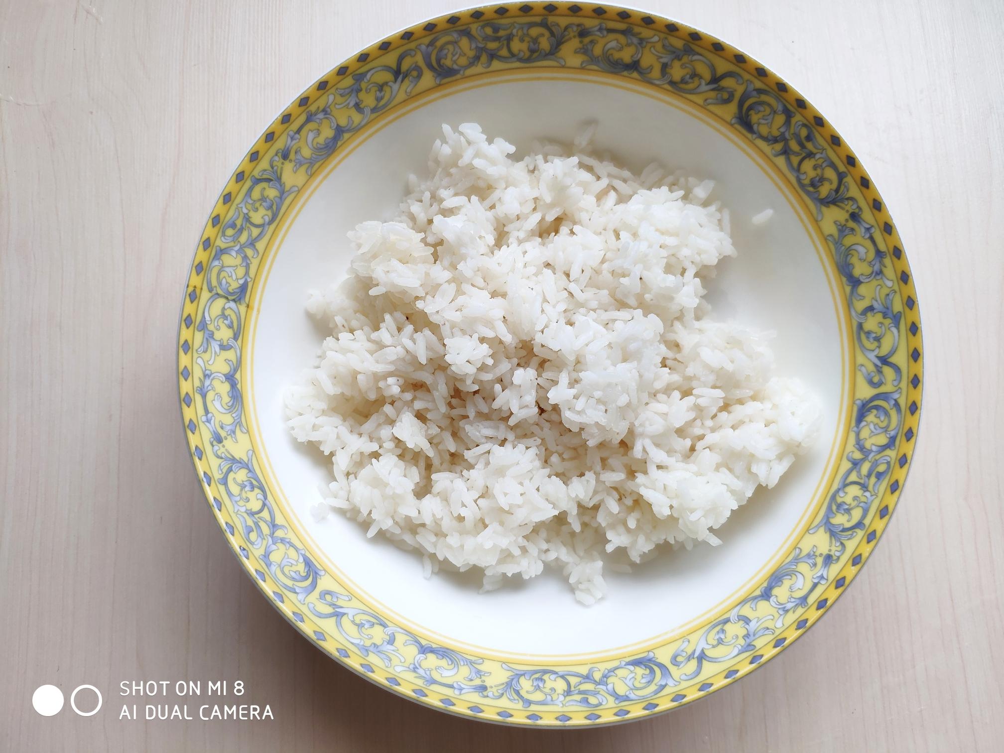 火腿豌豆蛋炒饭,米饭最好用隔夜的剩米饭,放冰箱冷藏一夜让部分水分蒸发,用来做炒饭最合适。</p> <p>