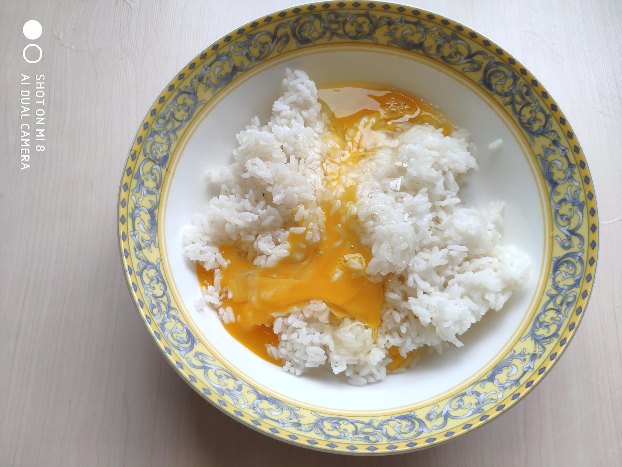 火腿豌豆蛋炒饭,将鸡蛋直接打入米饭中。如果想让炒出的饭粒颜色更黄,可以只用蛋黄。</p> <p>