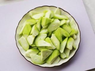 鲜掉眉毛的丝瓜豆腐汤,丝瓜洗净去皮切滚刀块。