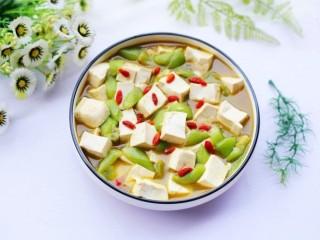 鲜掉眉毛的丝瓜豆腐汤,汤汁清香,口感鲜嫩,清淡可口的丝瓜豆腐汤就做好啦,红白绿相间颜值棒棒哒,特别适合正在减肥的美眉。