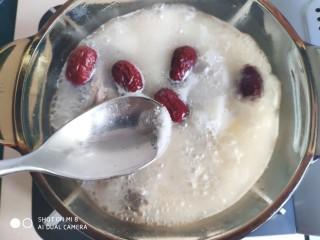山药红枣老鸭汤,尝尝汤如果不咸再加入少许盐。