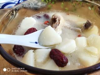 山药红枣老鸭汤,汤头浓白,味美不油腻,口感和滋补功效都是极好的。