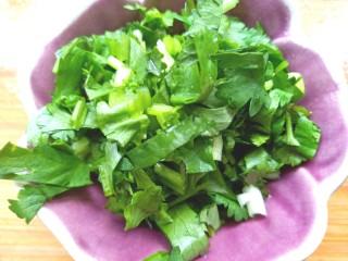 凉拌海藻菜,切碎备用