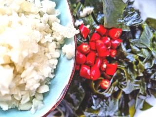 凉拌海藻菜,放上米辣,蒜末