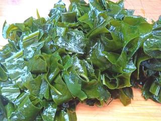 凉拌海藻菜,海藻挤干水分,切段