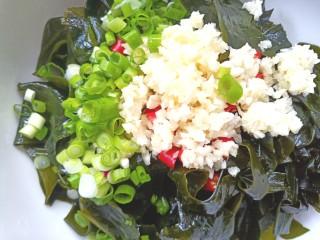 凉拌海藻菜,在加入香葱,米醋,生抽,盐,味精,香油