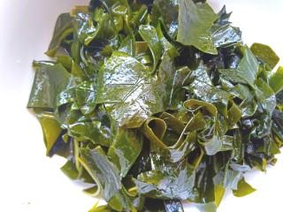 凉拌海藻菜,装入碗中