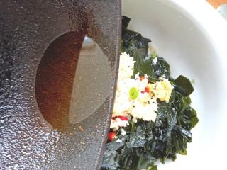 凉拌海藻菜,油热,浇入蒜末上