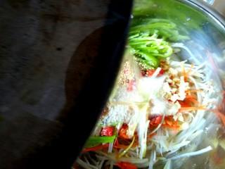 香辣凉拌三丝,把花椒油浇到盆中。搅拌均匀即可