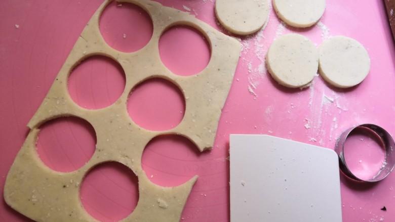 笑脸土豆饼,用模具压出圆形。剩下的再揉成团,擀成片状用模具压出圆形。